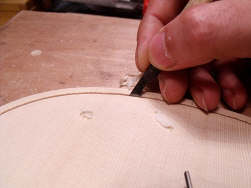 Incrustation du filet d'un violon de Luthier